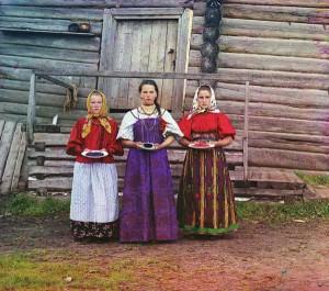 Camponesas oferecem frutos aos visitantes em uma área rural ao longo do Rio Sheksna, perto da cidade de Kirillov, 1909.