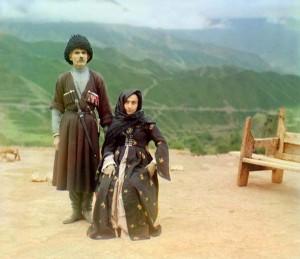 Casal em trajes tradicionais na região montanhosa de Gunib, Daguestão, 1907-1915.
