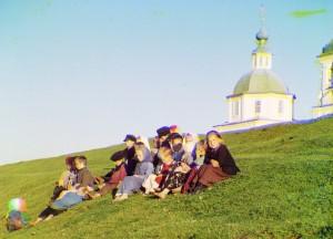 Crianças russas sentadas em uma colina próximo a White Lake, 1909.