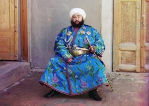 Emir Seyyid Mir Mohammed Alim Khan, o Emir de Bukhara (atual Uzbequistão), sentado segurando uma espada, 1910.