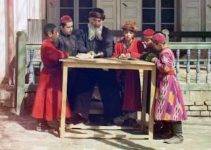 Grupo de crianças judias com um professor em Samarcanda (atual Uzbequistão), 1910.