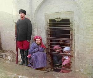 Guarda e presos dentro de um Zidan (prisão tradicional da Ásia Central), 1907-1915.