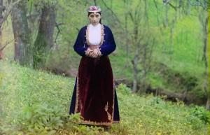 Mulher em traje armênio em uma colina perto de Artvin (na atual Turquia), 1910.