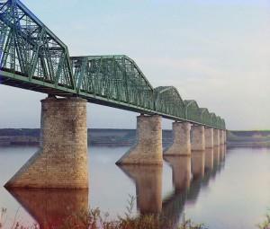 Ponte em treliça metálica sobre o Rio Kama perto de Perm, parte da Ferrovia Transiberiana, 1910.