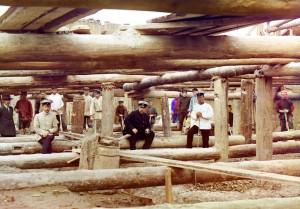 Trabalhadores e supevisores na construção de uma barragem no Rio Oka, Beloomut, 1912.