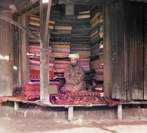 Vendedor de tecidos no mercado de Samarcanda, 1911.