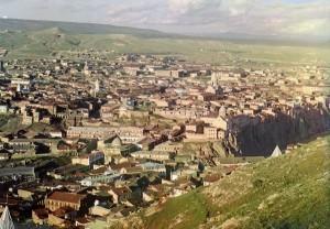 Vista de Tiflis (Tbilisi), Geórgia, dos fundos da Igreja de Saint David, 1910.